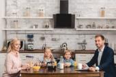 Fotografie schöne junge Familie frühstücken zusammen in Küche