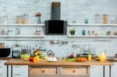 Fotografie různé syrovou zeleninu na stůl v moderní kuchyni
