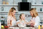 Fényképek előkészítése tészta, anya és nagymama otthon boldog kis gyerek