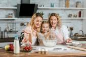 Fényképek taps kezek liszttel, anya és nagymama otthon főzés közben boldog gyermek