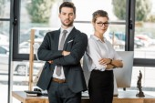 Photo portrait of confident business people in formal wear with arms crossed in office