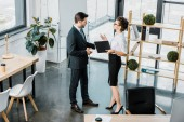 Photo high angle view of business colleagues having conversation in office