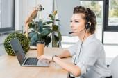 boční pohled na usmívající se žena call centrum operátor s mikrofonem na pracovišti v úřadu