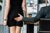 Fotografie Oříznout záběr podnikatel flirt s kolegou v kanceláři