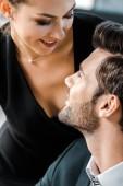mladá svůdná podnikatelka flirt s kolegou v kanceláři