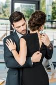 Fotografie Junger Geschäftsmann entpacken Kleid der verführerische geschäftsfrau am Arbeitsplatz im Büro
