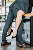 Fotografie Teilansicht von sexy paar Kollegen am Arbeitsplatz im Büro