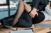 částečný pohled na vášnivý obchodník a podnikatelka na pracovišti v úřadu