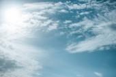 schöne weiße Wolken mit Sonnenlicht am blauen Himmel