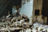 Fotografia vecchia costruzione con muro di mattoni rotto abbandonata
