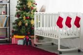 Fotografia interno della stanza del bambino di Natale decorato con letti per bambini