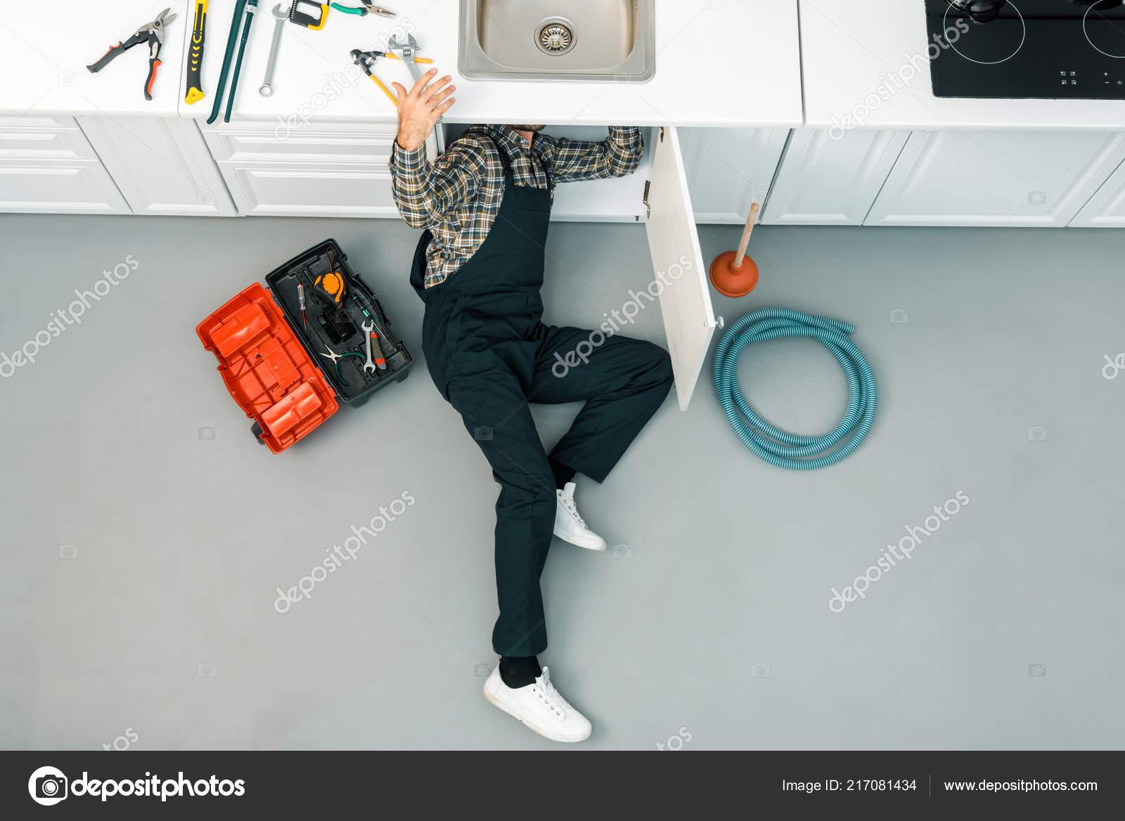 На полу кухни сантехник купить сантехнику для ванной в курске