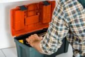 Fotografie abgeschnitten Bild des Klempners Rollgabelschlüssel aus Toolbox in Küche nehmen