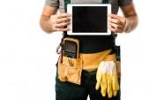 oříznutý obraz elektrikář držení tabletu s prázdnou obrazovkou izolované na bílém
