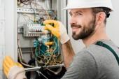 bello allegro elettricista riparazione scatola elettrica e cacciavite in corridoio