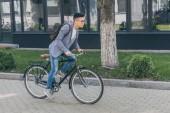 Fotografie Asiat s kožený batoh, na kole na kole ve městě