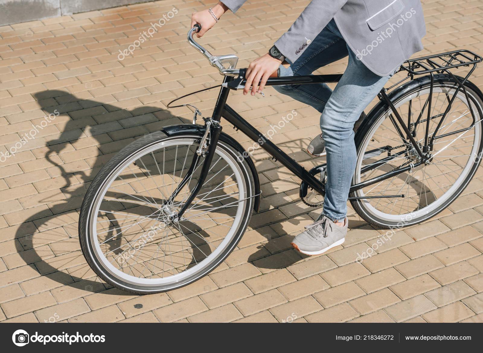 Ritagliate Vista Del Giovane Uomo Alla Moda Bicicletta Città Foto