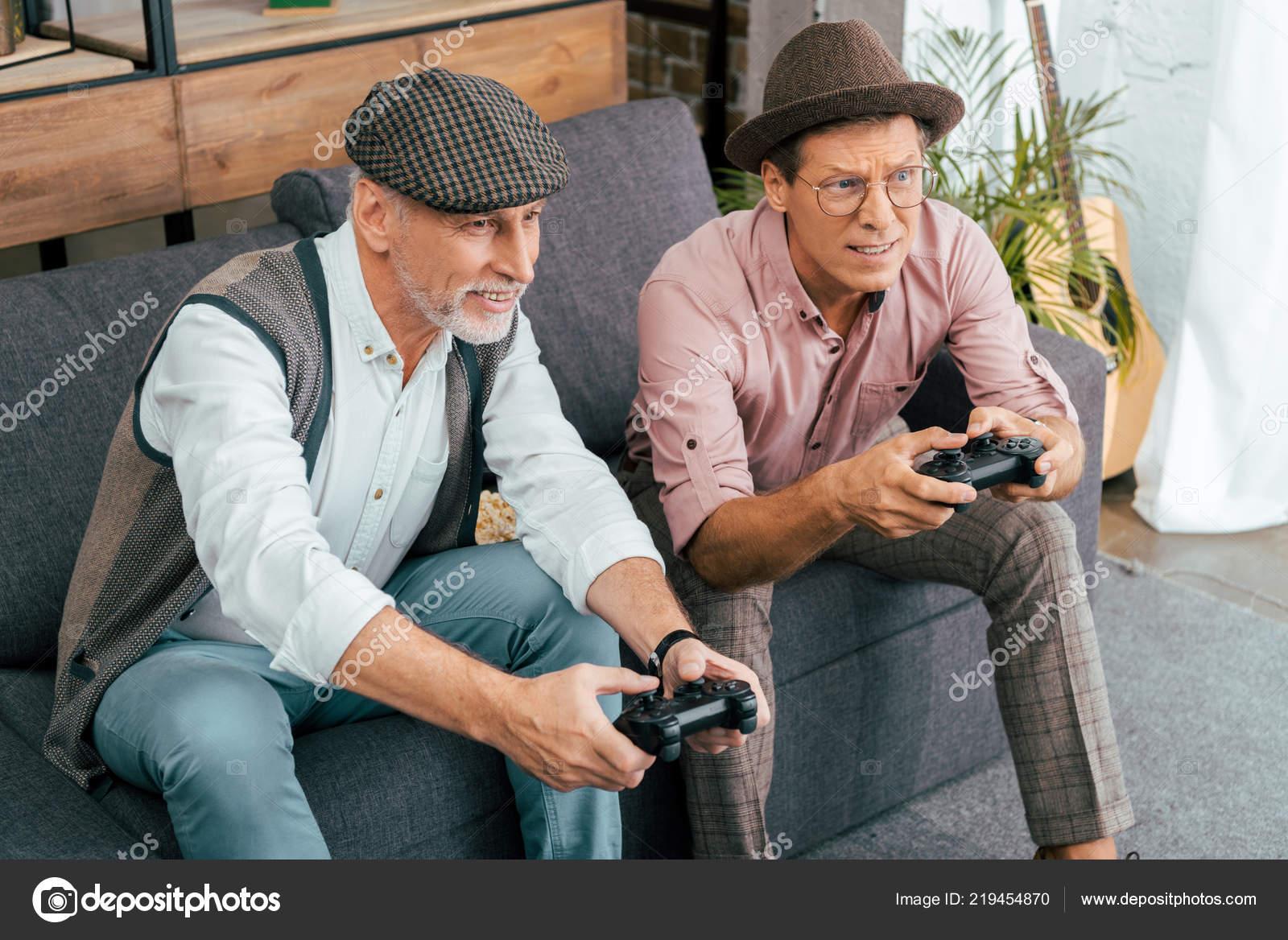 Yakışıklı Olgun Erkek Evde Gamepad Ile Oynarken Yüksek Açılı Görünüş