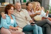 boldog régi barátok, pattogatott kukoricát eszik, és együtt tv-nézés