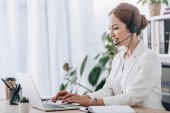Photo executive female operator working with headset and laptop in call center