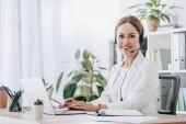 Unterstützung des Bedieners bei der Arbeit mit Headset und Laptop im Call Center