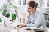 Fotografie zaměřil jistý podnikatel pracuje s notebookem v moderní kanceláři