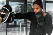 Fényképek gyakorló oktató, tornaterem, boksz-kesztyűket fiatal afro-amerikai ökölvívó