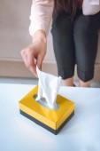 oříznuté záběr ženy s papírové ubrousky z krabice