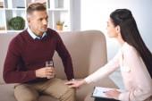 pacient se sklenicí vody, jejichž jmenování terapie u psychologa úřadu