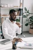 Veselá pohledný americký podnikatel koukal v úřadu