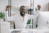 Fényképek Afro-amerikai üzletember, sikoltozik és mutató gesztus igen office izgatott. Ember ünnepelni nyerni egy fogadást, a szerencsejáték, Labdarúgás fogadás, szerencsejáték-sport