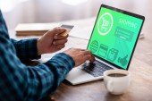 vágott gazdaság hitelkártya és használ laptop vásárlás online website rendelkező ember lövés