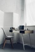 Fotografie Arbeitsplatz mit Laptop und Make-up Zubehör zu Hause