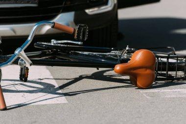 yolda araba kaza kavramı kırık bisiklet ve araba bakış kapatın