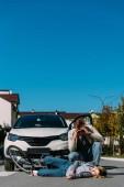 junge Frau niedergemäht durch Fahrer im Auto unterwegs, Auto-Unfall-Konzept