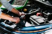 rögzítő a törött autó motor fiatalember részleges kiadványról