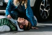 Fotografie oříznuté záběr ženy kontrolu prezenčního signálu oběti po dopravní nehodě
