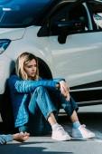 Fényképek félek a fiatal nő ül közelében autó közlekedési baleset után