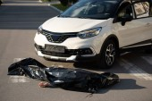 Fotografie high angle view of dead body and automobile on road after motor vehicle collision