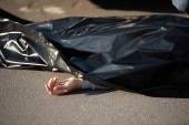 Fotografie close-up view of corpse on road after traffic collision