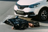 Fotografie high angle view of dead body and car on road after traffic collision