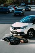 Fényképek halott test és a közúti forgalom ütközés után autó