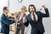glücklich Versicherungsagenten Freude viel im Büro