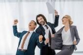 glücklich Büroangestellte Freude viel im Büro