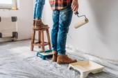 Fényképek levágott lövés a fiatal pár festészet fal-ban új lakás