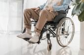 Fotografie zblízka starší muž, sedící na vozíku v pečovatelském domě