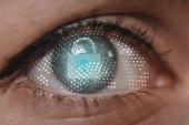 Fotografie Oříznout záběr ženské oko při pohledu na fotoaparát s cyber bezpečnostní cedulka
