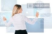 zadní pohled na podnikatelka v brýlích ukazuje na kybernetické bezpečnostní cedulka izolované na bílém, koncept bezpečnosti informací