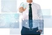 částečný pohled podnikatel na kybernetické bezpečnostní známky izolované na bílém