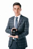 portrét podnikatele v obleku ukazující smartphone s gdpr cyber bezpečnostní cedulka na obrazovce izolované na bílém